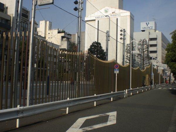 都市内の公園を取り囲む柵